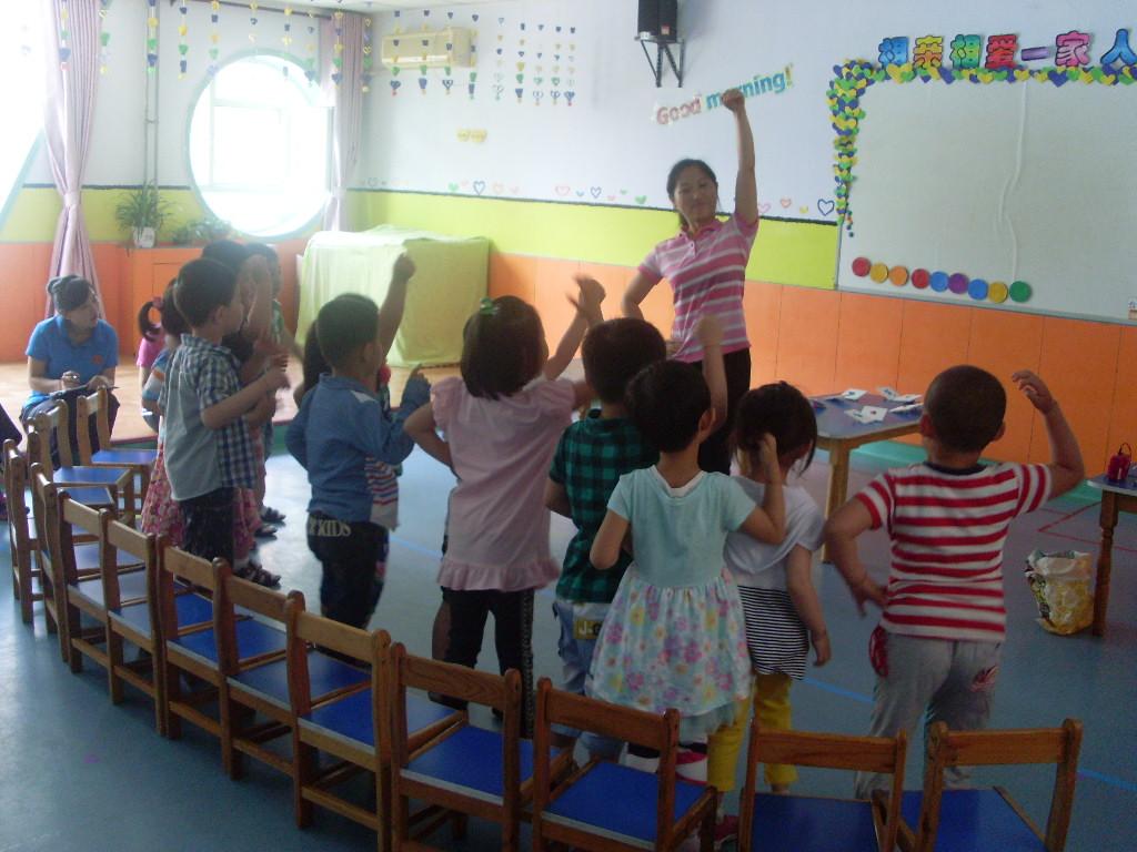 本次活动,两位教师以全新的教育理念,独特的教学风格,形象生动、有趣的故事情节,使孩子们听的入迷,也学得入迷。虽然是年轻教师,但面对陌生的环境和幼儿,她们表现的镇定自如,课堂驾驭能力、应变能力都很强。于海霞老师带来的小班课程《颜色对对碰》,使幼儿通过动手实验,动手操作,体验成功的乐趣,在轻松的游戏中,学习知识,增长见识。杜洁老师的户外活动《猪宝宝运西瓜》抓住幼儿的兴趣点,充分调动起孩子参与活动的热情和好奇心。让幼儿在尽情地玩乐中,体验团结协作和分享的乐趣。两位老师巧妙的活动设计,灵活自如的引导,细腻得当的细